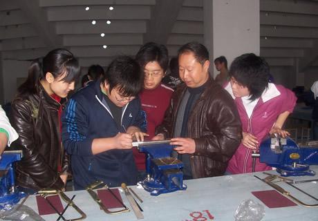 青岛恒星学院实训老师指导学生实训
